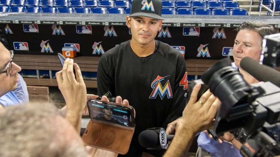 Этот новичок «Марлинс» мог стать врачом, но выбрал бейсбол. И вот почему.